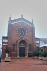 La nebbia lambisce il tetto della chiesa