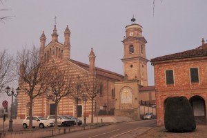 La chiesa del paese sulla piazza