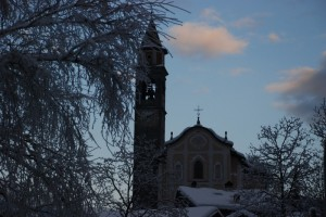 Chiesa di Zuclo immersa nel bianco inverno
