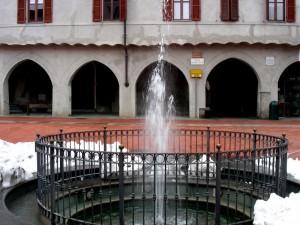 Fontana con l'ultima neve in Piazza Palazzo Vecchio a Vercelli
