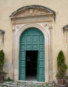 L'elegante portale del santuario della Madonna di Valverde