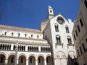 cattedrale di Bari con campanile,transetto,esaforato e cupola vista dal cortile dell'arcivescovado