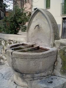 La fontana all'ingresso del borgo