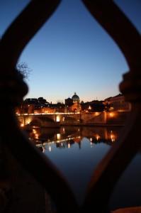 San Pietro al tramonto dalla balaustra di ponte sant'Angelo. Roma.