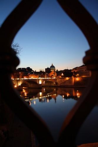 Roma - San Pietro al tramonto dalla balaustra di ponte sant'Angelo. Roma.