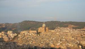Duomo di Piazza Armerina (en) fotografato dalla contrada Piano Marino