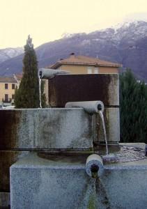 gioco di tubi in questa fontana nella piazza della chiesa