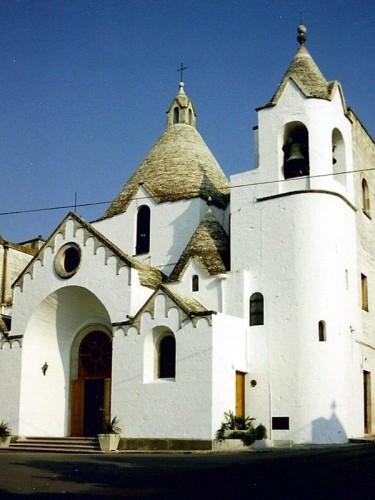 Alberobello - Chiesa di S. Antonio nella città dei trulli.
