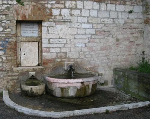 Perugia - IMMONDEZZE QUI.NON.SI.GETTINO NE.SI.LAVI.ALCUN.DRAPPO. VEGLIA.LA.LEGGE