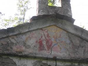 Il timpano della chiesetta della Cesura