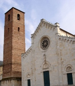 Primo piano il Duomo