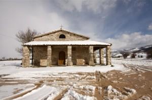 Chiesa di Plestia con la neve