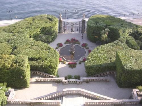 Menaggio fontana nel giardino all italiana - Giardino all italiana ...