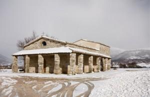 Chiesa campestre fra la neve
