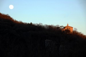 e quasi sera sulla chiesetta
