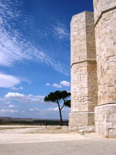 Andria - Il simbolo dell'ottagono tra cielo e terra