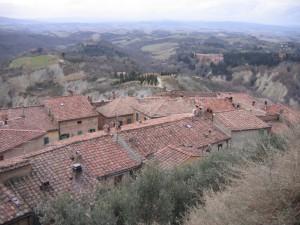 tetti con abbazia e cipressi