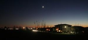 Luna nuova nel crepuscolo