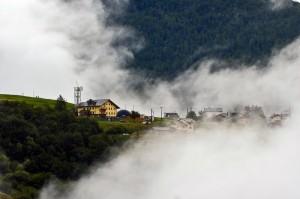 scavalcando le montagne bianche nuvole avvolsero il paese