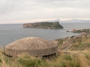 Bunker 2a guerra mondiale e torre normanna sullo sfondo