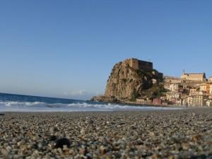 Il castello di Scilla visto da un granello di sabbia