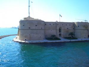 il castello Aragonese a guardia del porto