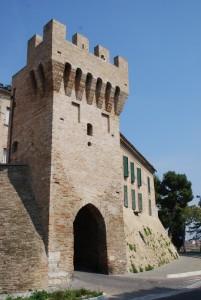 Porta difensiva con mura