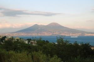 Ultimi raggi di sole su Napoli e il Vesuvio