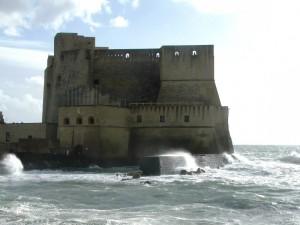 Castel dell'Ovo e mare agitato