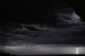 Panorama notturno con fulmine