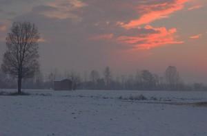 tramonto sui campi innevati