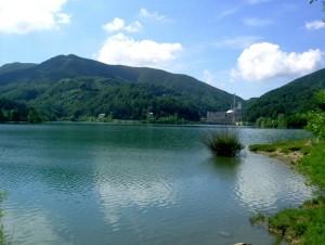 Il Lago Brasimone con sullo sfondo la ex centrale nucleare sperimentale ENEA