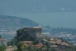 Castello di Tenno con il Garda sullo sfondo