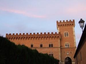 Le mura di Bolgheri al tramonto