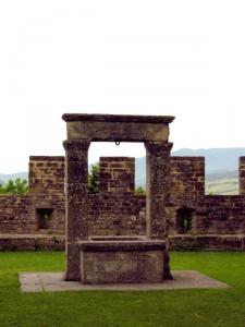 Le mura ed il pozzo - castello di Poppi