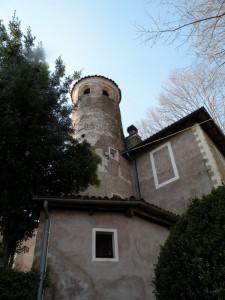 La torre tonda vicino all'ingresso