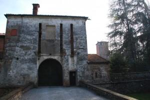 L'ingresso al castello con i resti del ponte levatoio