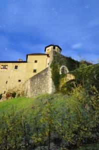 Castel Valer illuminato dalla sola luce della luna