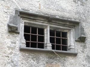 particolare di una finestra  della Casa Forte in fraz. Ville