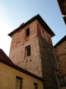 una torre nel vecchio centro del paese