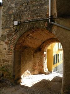 e sotto la torre l'ingresso  al borgo
