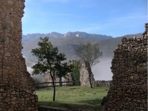 Resti della fortezza di Beffi dominata dal monte Sirente.