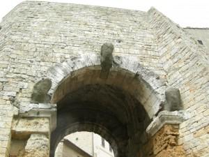 particolare di una porta difensiva del borgo antico