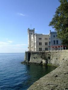 castello di Miramare in lontananza