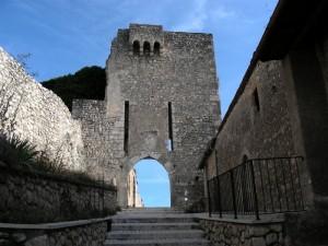 Ruderi del Castello di Fagnano Alto.
