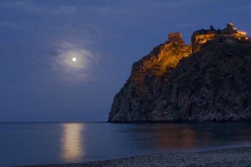 Sant'Alessio Siculo - Il castello e la luna