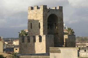 Il torrione di Mariano IV visto da un palazzo.