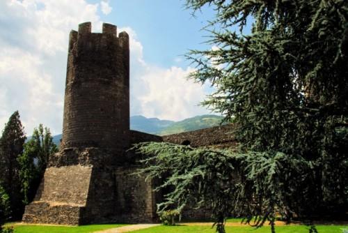 Aosta - Il Castello di Bramafam, un sipario di conifere