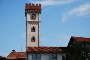 la torre del castello che controlla il ricetto