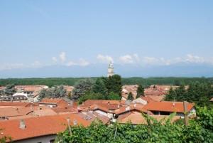 le Prealpi, i tetti e il campanile di Fara visti dal Castellone